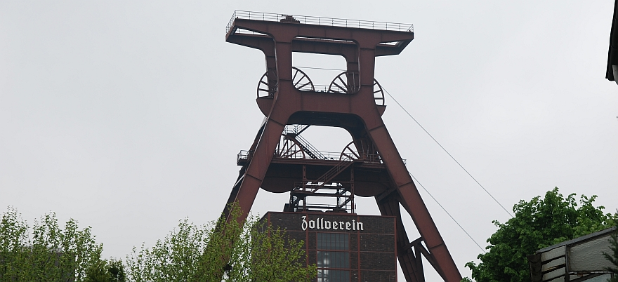 Das Bild zeigt die Zeche Zollverein in Essen. Das Foto wurde vom DJV-Einsatzkommando straenseitig aufgenommen, ohne Einsatz von Leitern oder Enterhaken, und erfllt damit den Tatbestand des  59 Urheberrechtsgesetzes. Essen ist dem Vernehmen nach Teil der Kulturhauptstadt 2010, mchte aber Geld, wenn Fotografen das Thema fr sich als interessant entdecken.